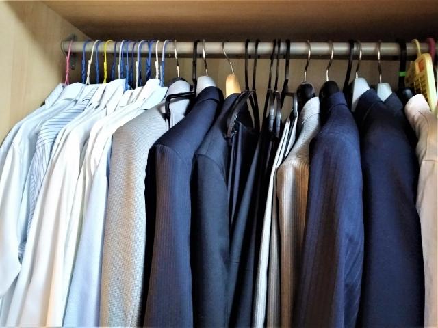 スーツやワイシャツが入ったクローゼット