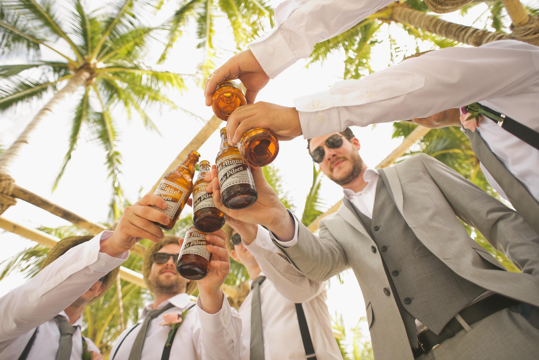 乾杯をする大勢の男性