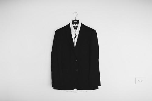 壁にかかったスーツ