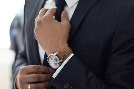 ネクタイに手をかけるビジネスマン